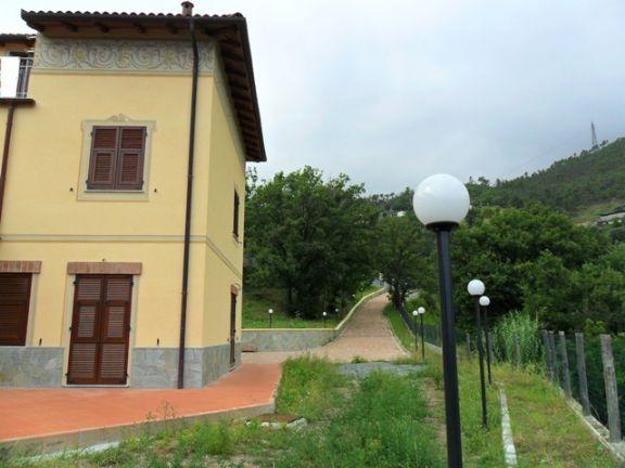 Villa in vendita a Cogoleto. Esterni: casa e giardino.