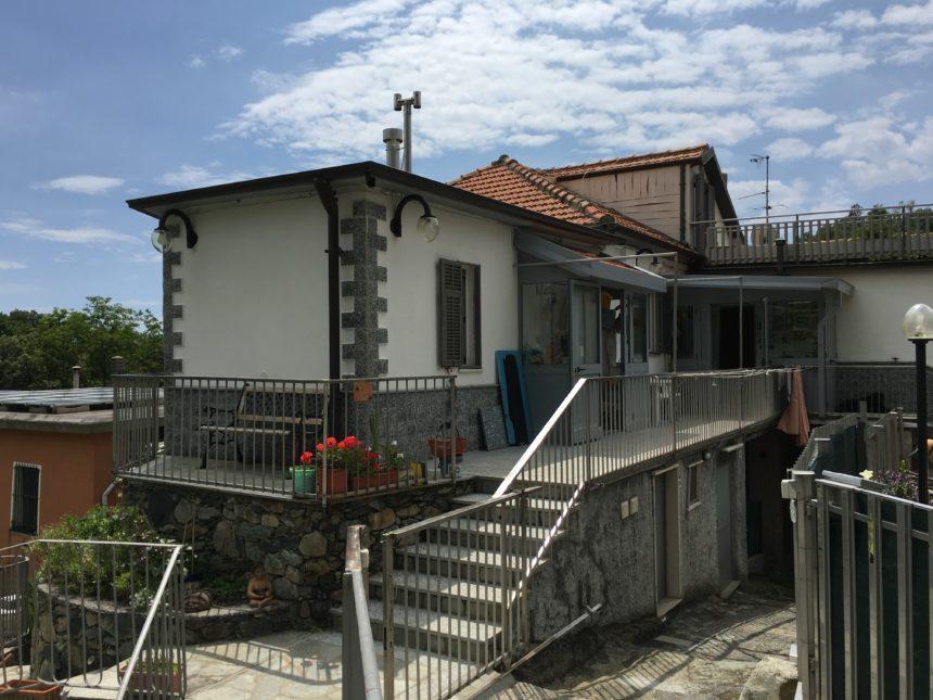 Appartamento con terreno in vendita a Cogoleto. La casa vista da fuori.