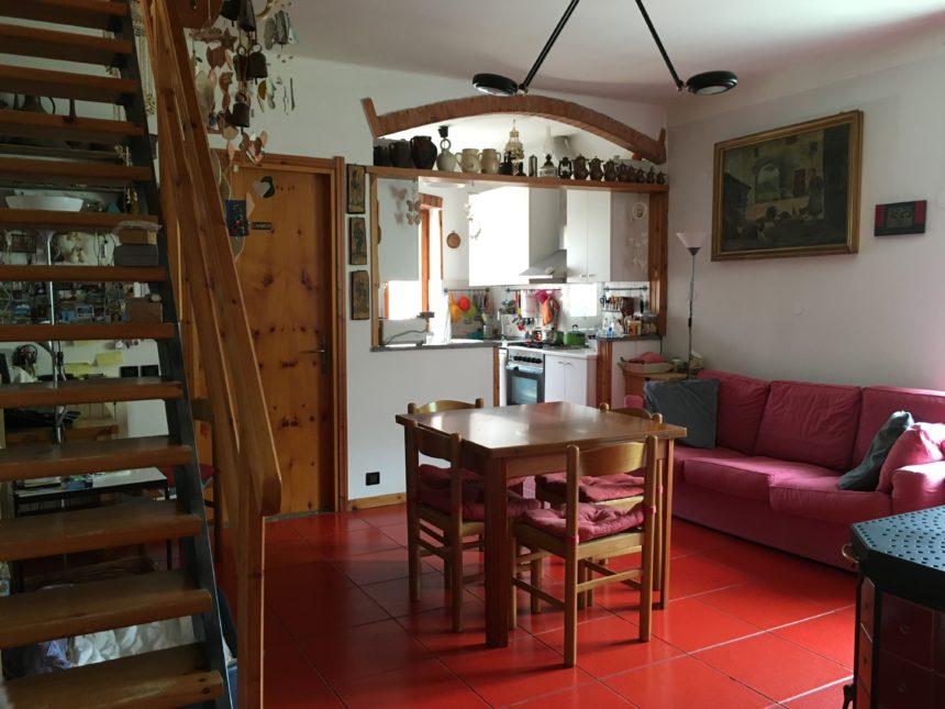 Appartamento con terreno in vendita a Cogoleto. Vista della zona giorno.