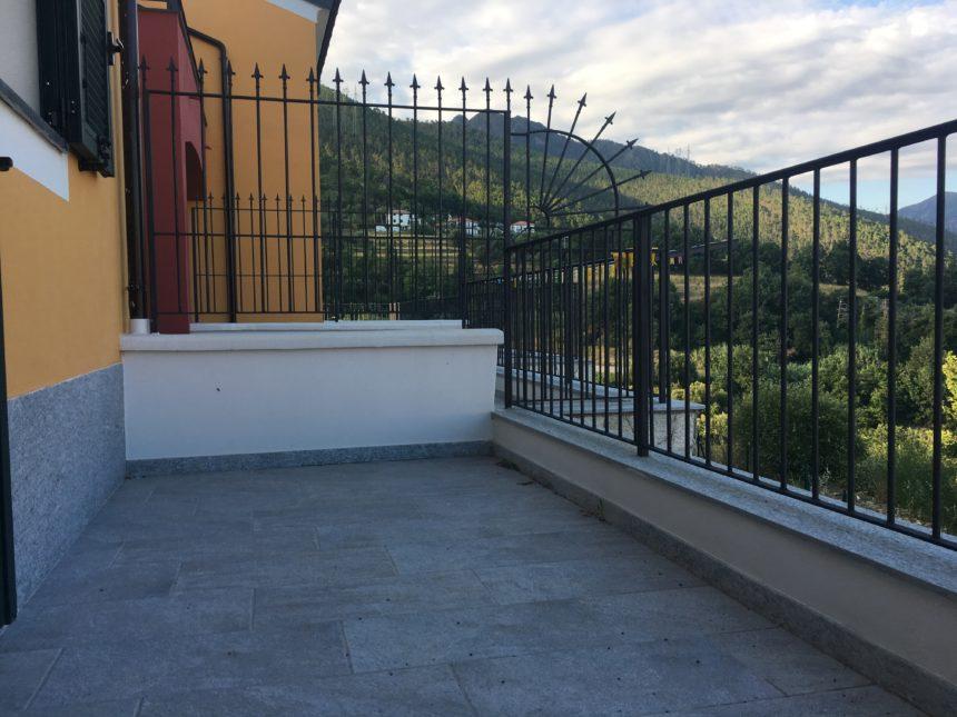 Villetta a schiera in vendita a Cogoleto. Terrazzo a est.