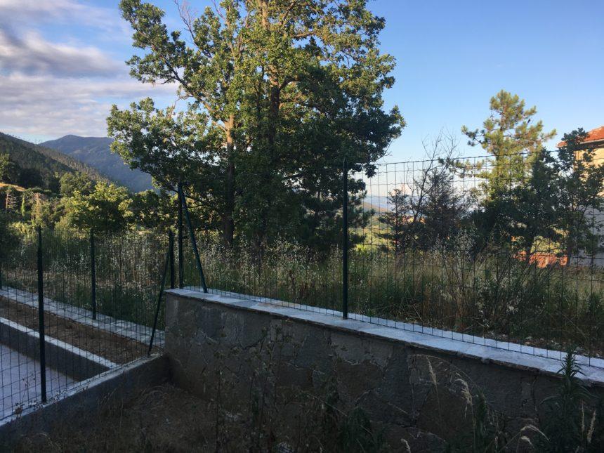 Villetta a schiera in vendita a Cogoleto. Vista dal piccolo giardino.