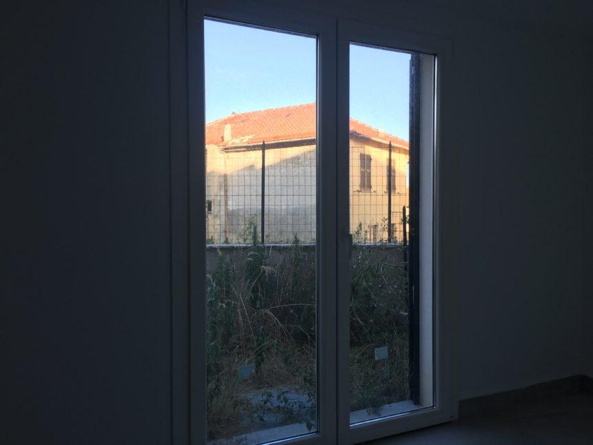 Villetta a schiera in vendita a Cogoleto. Tavernetta affacciata sul piccolo giardino.