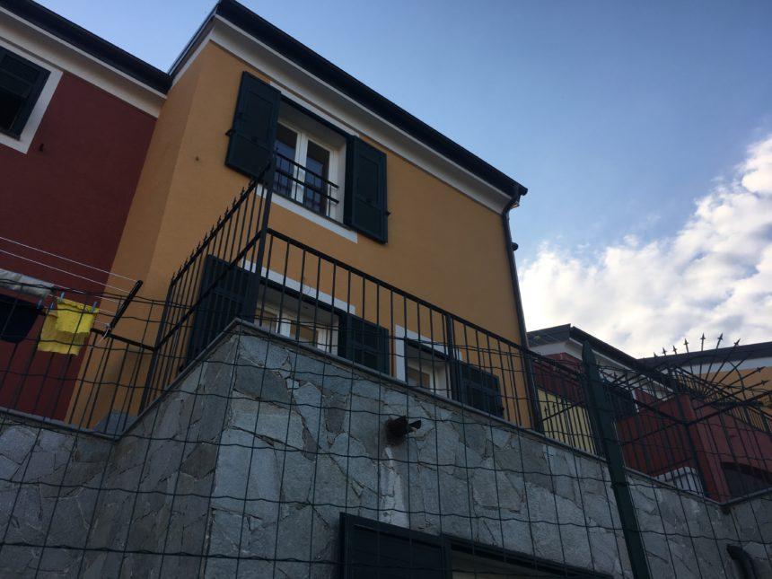 Villetta a schiera in vendita a Cogoleto. Vista lato est.