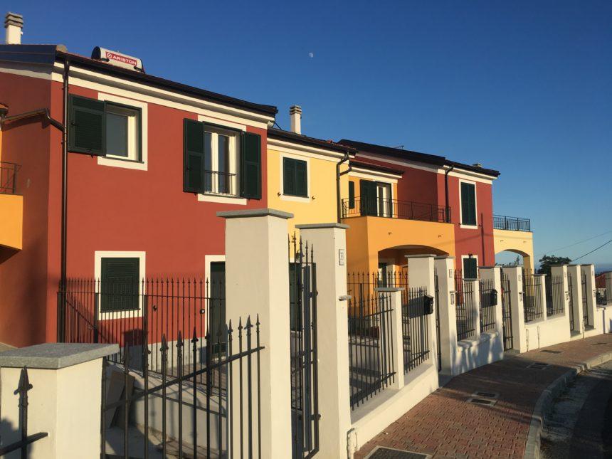 Villetta a schiera in vendita a Cogoleto. Vista del complesso.