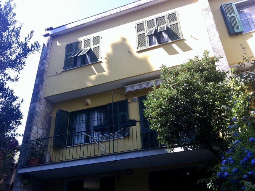 Villa a schiera in vendita a Arenzano. Vista di una facciata.