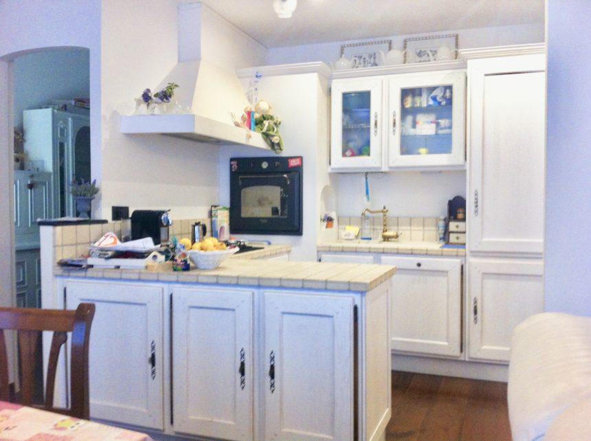 Villa a schiera in vendita a Arenzano. La cucina in muratura a vista.