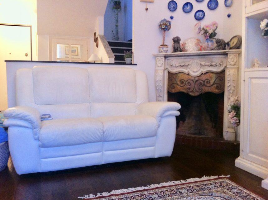 Villa a schiera in vendita a Arenzano. Particolare del soggiorno con camino.