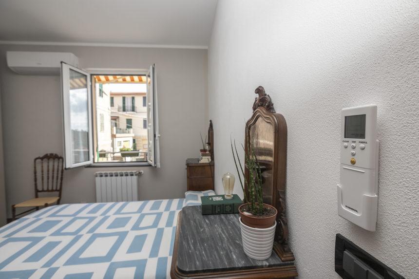 Appartamento su due piani a Cogoleto - Lo split nella camera matrimoniale