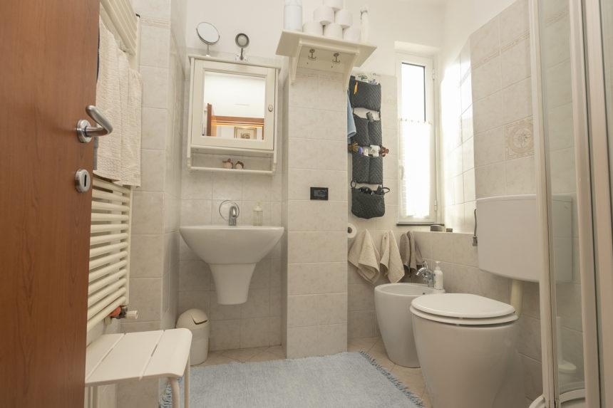 Appartamento su due piani a Cogoleto - Il bagno