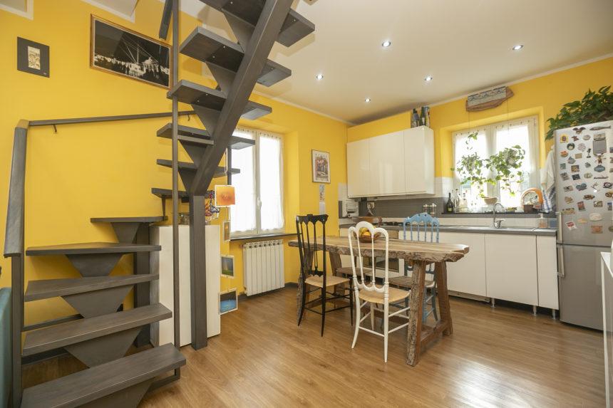 Appartamento su due piani a Cogoleto - Zona pranzo e cucina